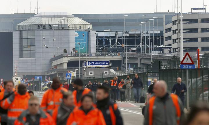 Tavanul fals și geamurile sălii de check-in a aeroportului au fost distruse de suflul exploziei