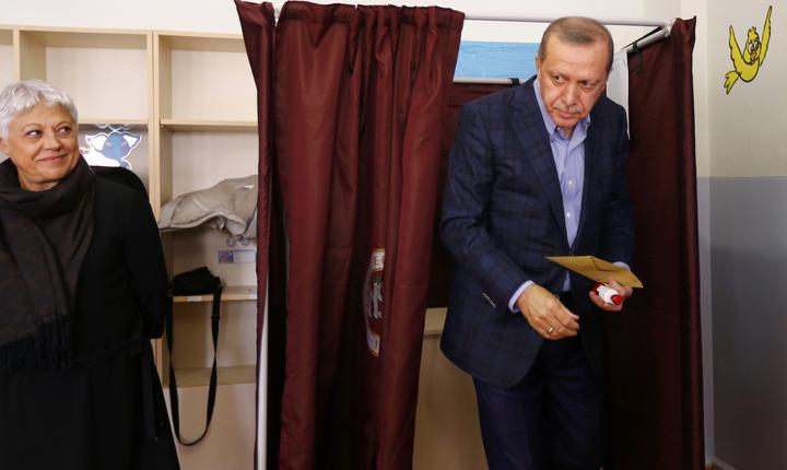 Preşedintele Erdogan votează la alegerile parlamentare din Turcia (Foto: Reuters/Murad Sezer)