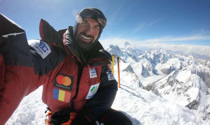 Alex Găvan, autoportret pe vârful Gasherbrum 2 (8035m). Pe fundal se văd Broad Peak și K2.