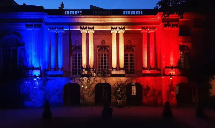 Culorile drapelului proiectate pe sediul ambasadei Romaniei la Paris