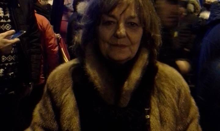 Poeta Ana Blandiana participă la protestele din Piaţa Victoriei (Sursa foto: Facebook/Ana Blandiana)