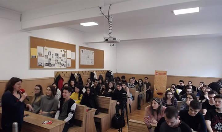 Andreea Oros si copii din Liceul Teoretic Nicolae Iorga, intr-o sala de clasa, la Tânăr în Europa