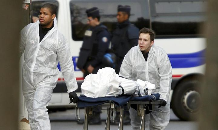 O victimà este evacuatà din sala Bataclan unde în seara zilei de 13 noiembrie 2015, 90 de persoane au fost ucise de un comando jihadist