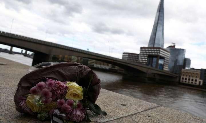 Flori depuse lângă London Bridge, după atacul terorist de sâmbătă seară (Foto: Reuters/Neil Hall)