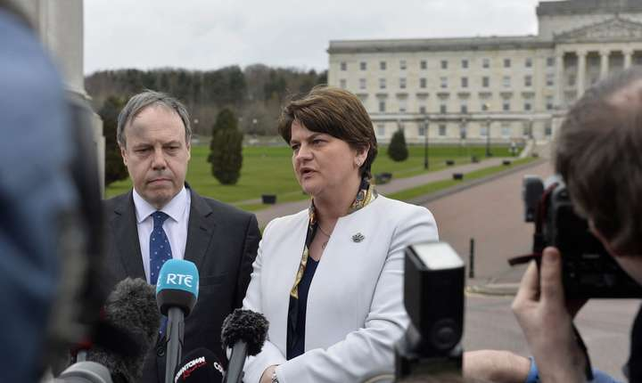Arlene Foster în fața clădirii Adunării Irlandei de Nord de la Stormont