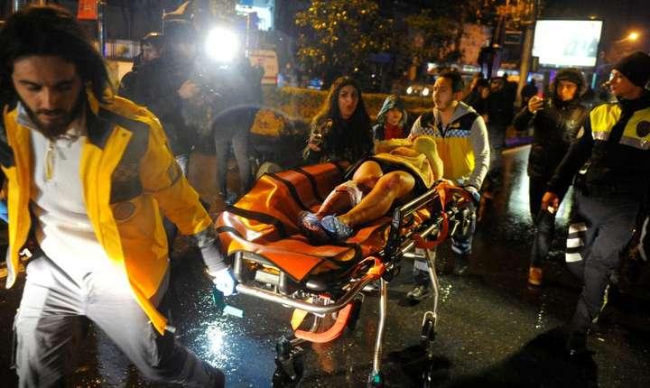 Echipele de intervenție evacuează răniții, după atacul din Istanbul, din 31 decembrie 2016 (Foto: Reuters/Murat Ergin/Ihlas News Agency)