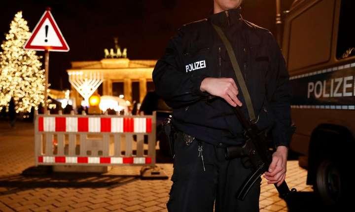Politisti germani în fata portii Brandebourg din Berlin, 27 decembrie 2016