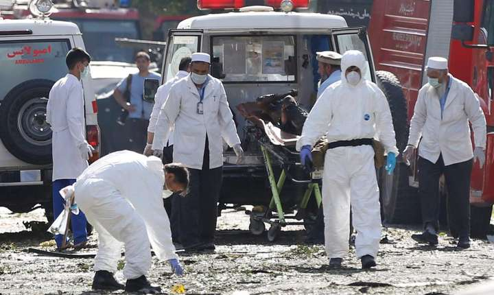 Echipe de anchetatori, la locul atentatului din Kabul, 24 iulie 2017 (Foto: Reuters/Omar Sobhani)