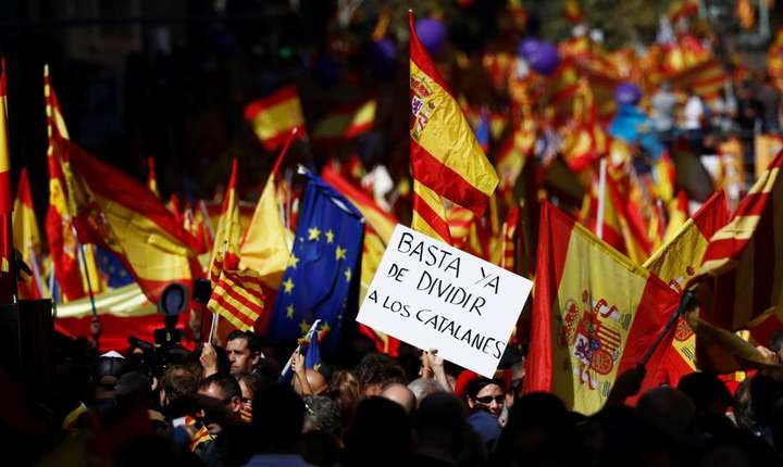 """Încetati sa-i mai divizati pe catalani"" scria pe o pancarda a manifestantilor unionisti la Barcelona, duminica 8 octobre 2017"