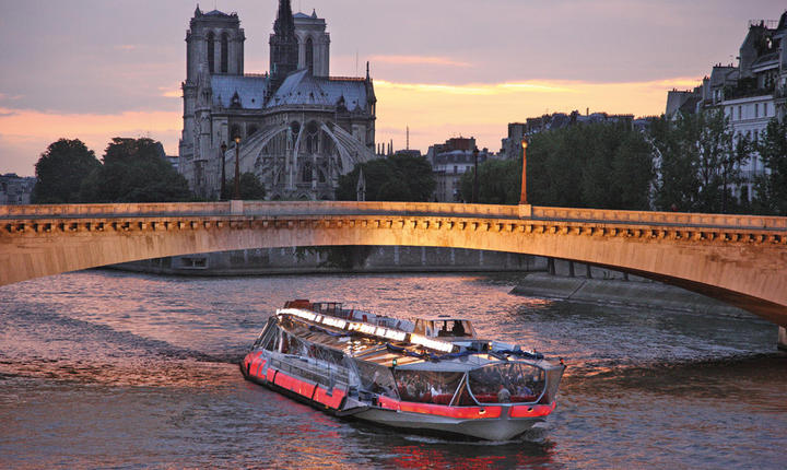 Bateaux-mouche pe Sena