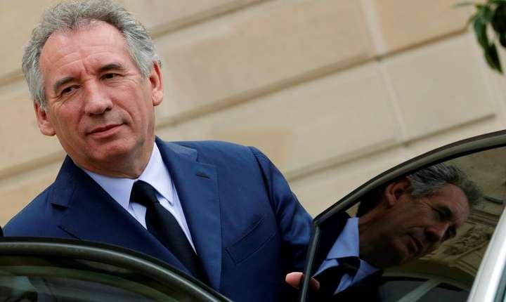 François Bayrou, ministrul justitiei, este fragilizat de o anchetà tocmai când prezintà proiectul de lege privin moralizarea vietii publice