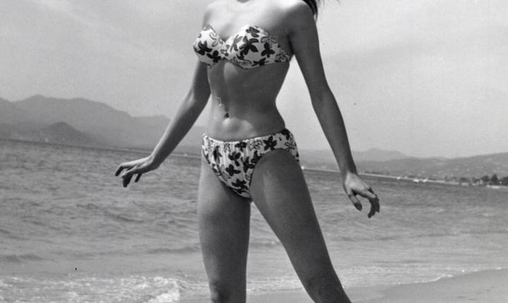 Actrita francezà Brigitte Bardot îmbràcatà în bikini la 18 ani, pe plajà la Cannes, în 1953