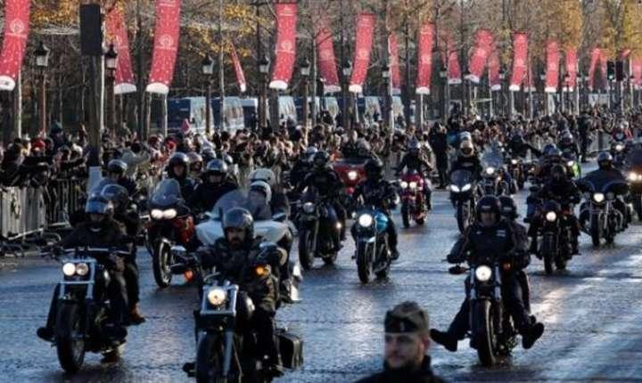 Motociclisti pe Champs-Elysée aducîndu-i un ultim omagiu lui Johnny Hallyday sîmbata 9 decembrie
