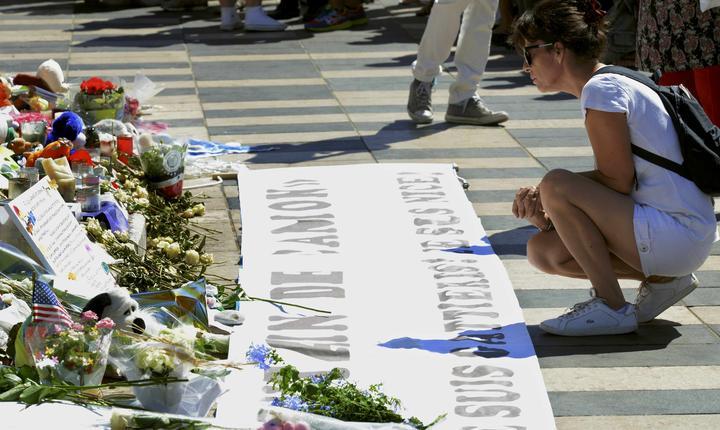 O femeie aduce la Nisa un omagiu victimelor atacului din 14 iulie (Foto: Reuters/Jean-Pierre Amet)