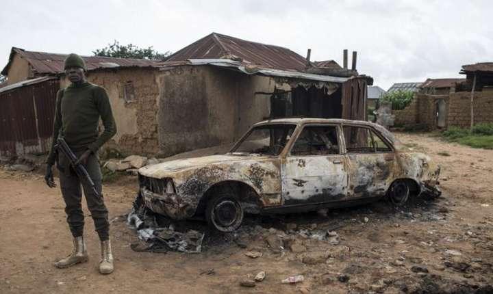 Soldat nigerian lângà satul Nghar care fusese atacat de Boko Haram în iunie 2018.