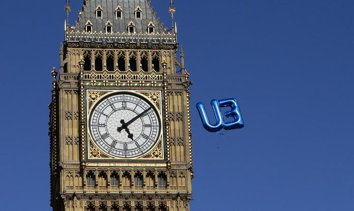 Un balon cu literele UE pluteşte lângă Big Ben (Foto: Reuters/Kevin Coombs)