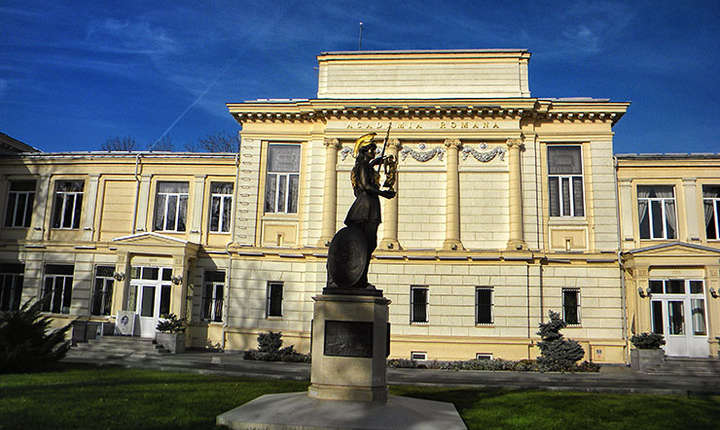 Academia Romana, sediul din Bucuresti - in prim plan statuia zeitei Atena (colored)