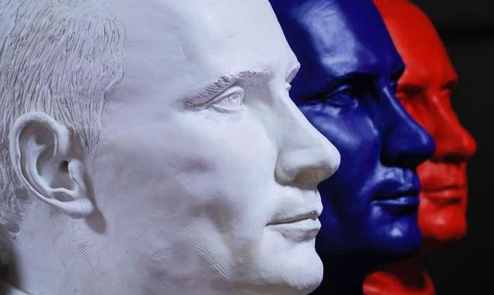 Bustul presedintelui Vladimir Putin în culorile drapelului Rusiei