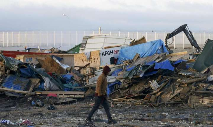 """Ultimele cocioabe ale """"junglei"""" de la Calais sunt demolate pe 31 octombrie 2016"""