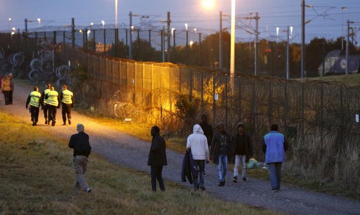 Migranti nu departe de situl Eurotunnel de la Calais
