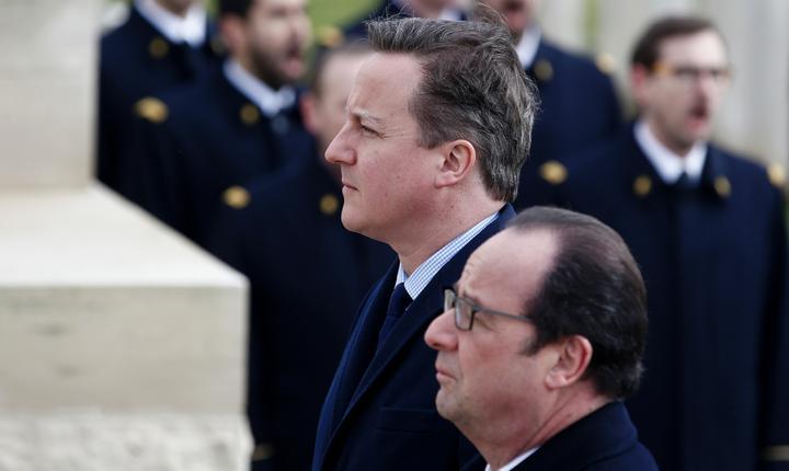 Premierul britanic David Cameron si presedintele Frantei François Hollande pe 3 martie 2016 la cimitirul-memorial de la Pozières