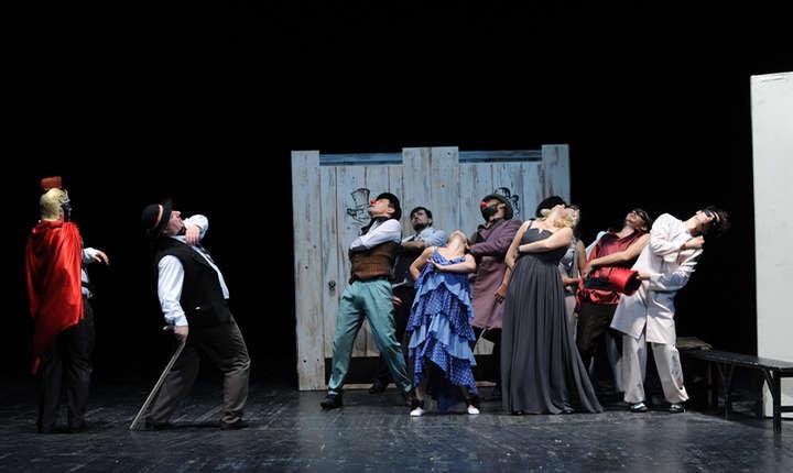 """Scenă din """"Carnavalul"""", după Ion Luca Caragiale, în regia lui Alexa Visarion, Teatrul Naţional """"Mihai Eminescu"""" din Chişinău."""