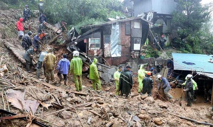 Ajutoare filipineze dupà trecerea taifunului Mangkhut la Baguio, pe 16 septembrie 2018.