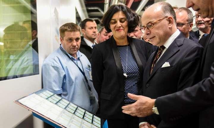 Bernard Cazeneuve, premierul Frantei, si Myriam el-Khomri, ministrul muncii, descoperà primele carduri profesionale destinate angajatilor din constructii