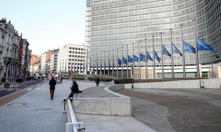 Sediul Comisiei europene se aflà la 300 de metrii de statia de metrou Maelbeek, vizatà marti de teroristi. Drapelele au fost coborâte în bernà pe toate clàdirile oficiale