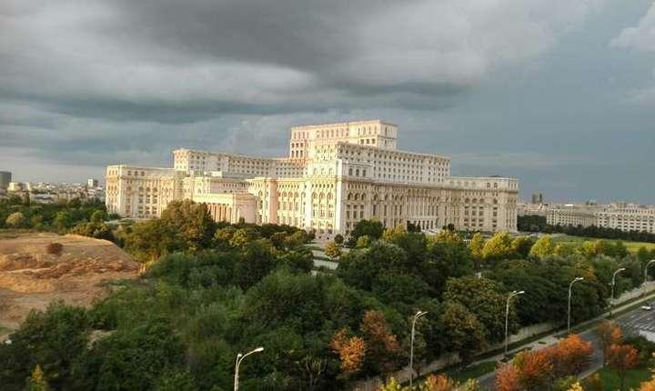 Moţiunea de cenzură va fi votată joi în Parlament (Foto: RFI/Cosmin Ruscior)