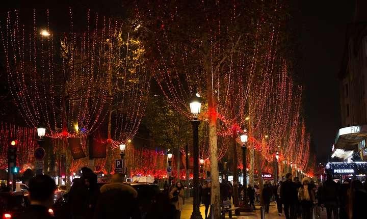 Celebrul bulevard parizian Champs Elysées, locul unde sute de mii de oameni petrec, în mod traditional, noaptea de Anul Nou.