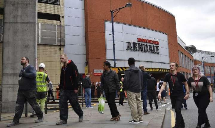 Oameni evacuaţi din centrul comercial Arndale, Manchester (Foto: AFP/Ben Stansall)
