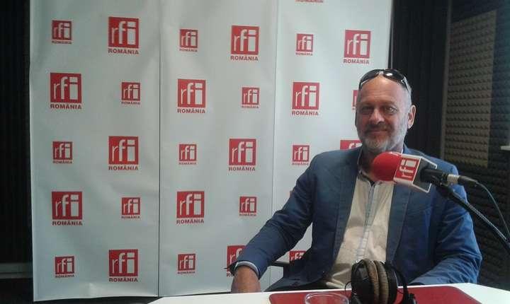 Tim Flannery vorbeşte în studioul RFI România despre schimbările climatice (Foto: RFI/Şerban Georgescu)