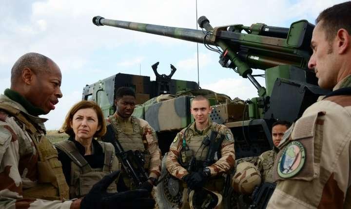 Generalul Jean-Marc Vigilant (stînga) şi ministrul francez al Apărării, Florence Parly, 9 februarie 2019, în apropiere de Al-Qaim, Irak.