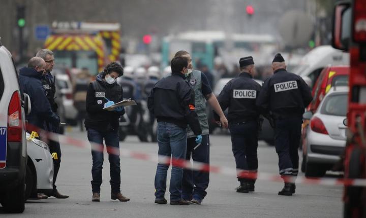 7 ianuarie 2015, în apropierea sediului revistei satirice Charlie Hebdo, câteva ore dupà atentatul jihadist
