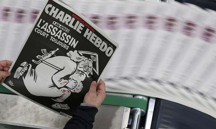 Charlie Hebdo, numàrul de acum un an. Revista satiricà, simbol contestat al libertàtii de expresie, revendicà mai mult ca niciodatà dreptul de a râde despre orice.