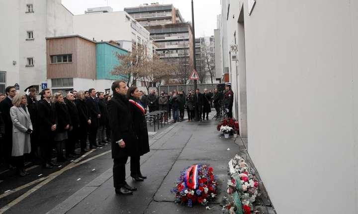 Presedintele francez Emmanuel Macron si primàrita Parisului Anne Hidalgo aduc un omagiu victimelor de la Charlie Hebdo