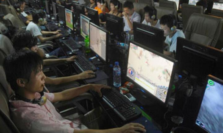 Utilizatori de internet în China. Agentiile de securitate vor sà stie totul despre toatà lumea.