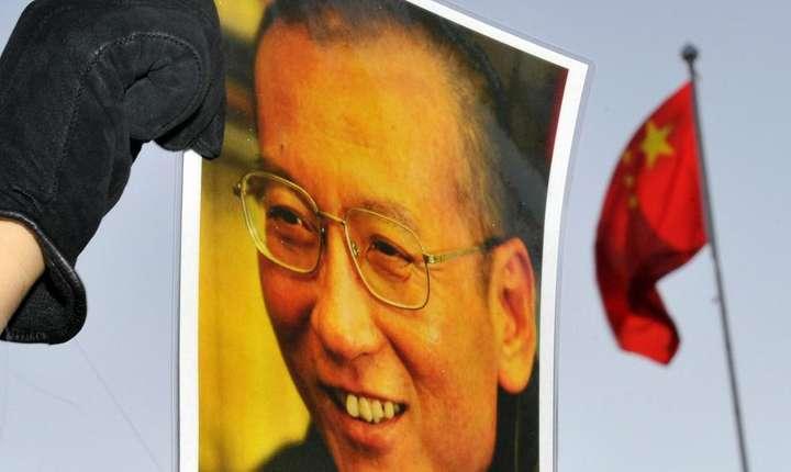 Un manifestant agita portretul lui Liu Xiaobo în fata Ambasadei chineze din Oslo în 2010. REUTERS/Toby Melville/Files