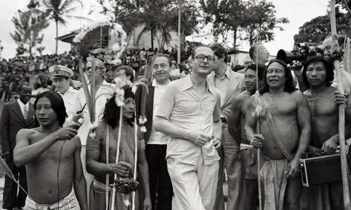 Jacques Chirac în decembrie 1975 cu indieni din Maripasoula, în Guyana francezà.