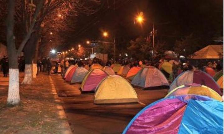 Simpatizanţii Partidului Socialiştilor şi Partidului Nostru au blocat bulevardul Stefan cel Mare