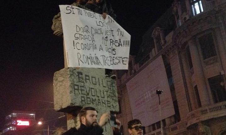 Proteste în Piaţa Universităţii din Bucureşti (Foto: RFI)