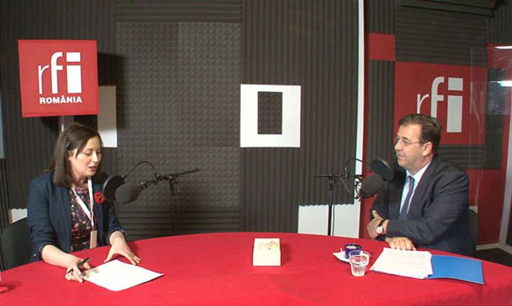 Claudia Zidaru și Bruno Foucher in studioul de inregistrari RFI Romania