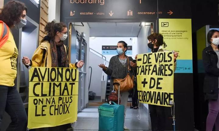 Militanti ecologisti manifesteazà pentru reducerea traficului aerian la aeroportul Bouguenais, lângà Nantes, pe 3 octobrie 2020.