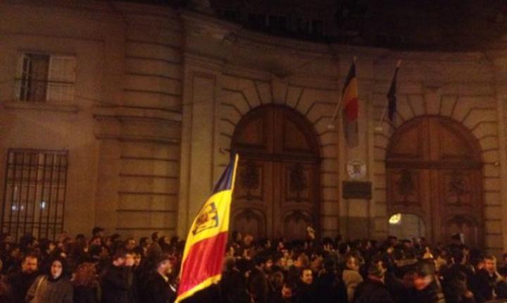 Coadà în fata ambasadei României din Franta pentru prezidentialele din noiembrie 2014. Pe 11 decembrie 2016, românii din Paris vor avea acces la mai multe sectii de votare.