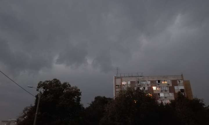 Nori deasupra unui bloc din Drumul Taberei, 20 septembrie 2017 (Foto: RFI/Cosmin Ruscior)