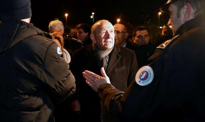 Gérard Collomb, ministrul francez de interne, la Calais în zorii zilei de 2 februarie 2018