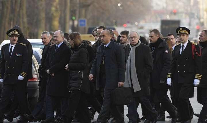 Reprezentantii guvernului francez si ai Primàriei Parisului au adus un omagiu sobru victimelor atentatelor din ianuarie 2015