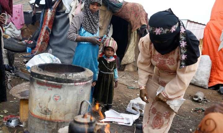 Conflictul din Yemen a deplasat 2 milioane de persoane, potrivit ONU. În imagine este o tabara de refugiati din apropiere de Sanaa, 17 martie 2018.
