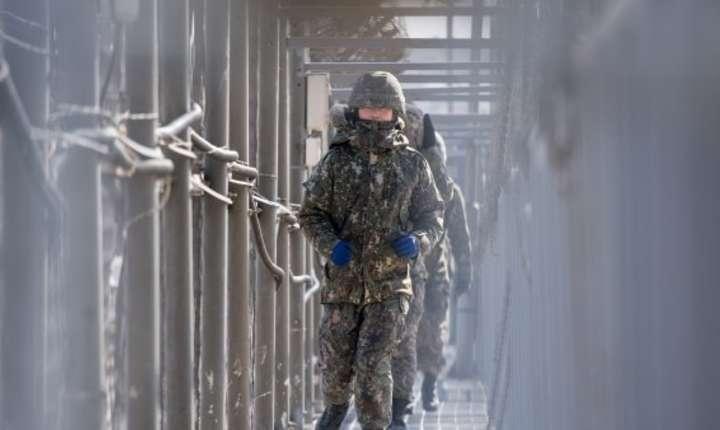 Soldati sud-coreeni patruleazà la frontiera cu Nordul, februarie 2018